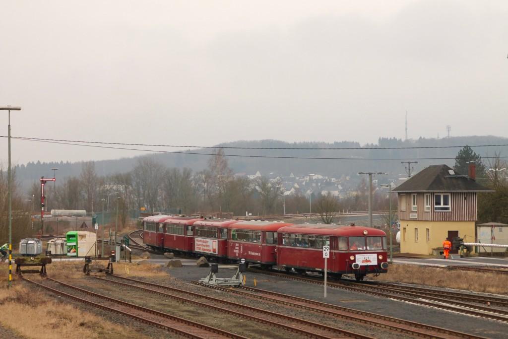 998 880, 998 250, 798 818, 798 622 und 796 724 fahren in den Bahnhof Siershahn ein, aufgenommen am 06.03.2016.