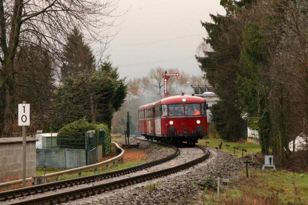 798 818, 998 880 und 998 250 verlassen den Bahnhof Staffel, aufgenommen am 06.03.2016.