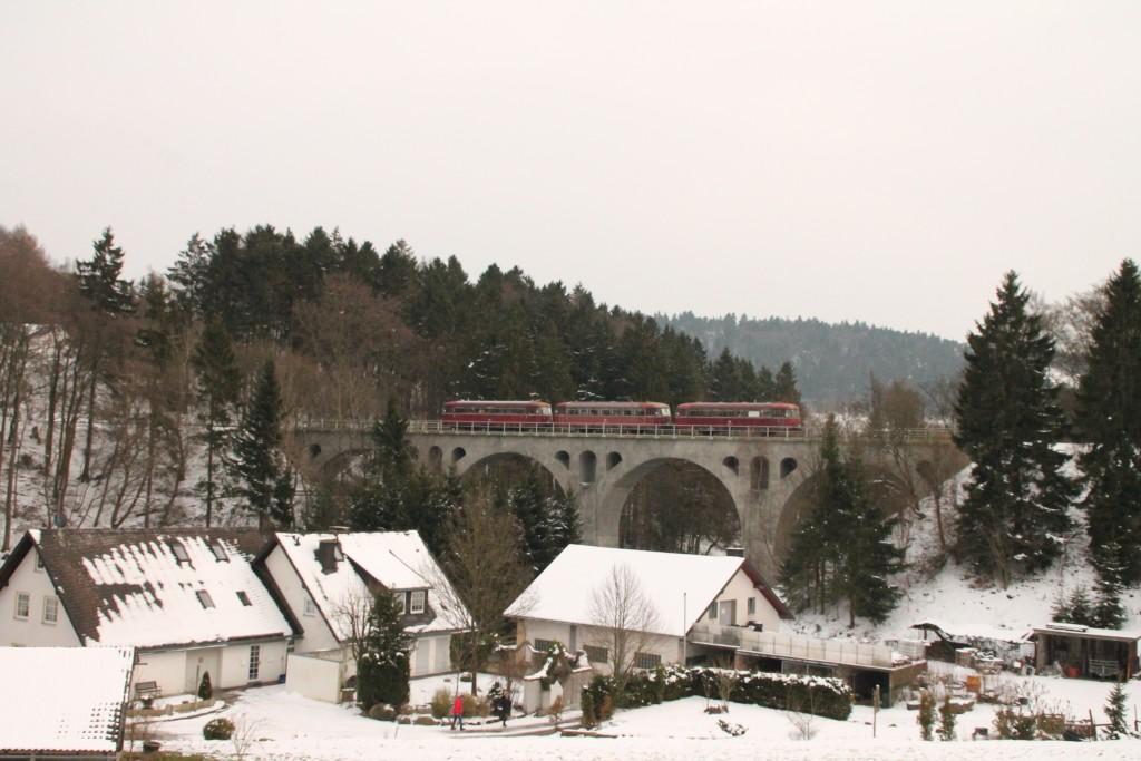 798 829, 996 310 und 996 677 der OEF überqueren das Viadukt in Asseln auf der Uplandbahn, aufgenommen am 28.02.2016.