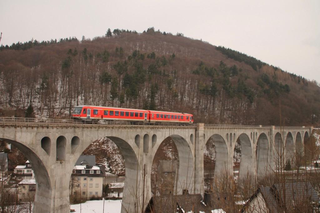 Ein 628 der Kurhessenbahn überquerte am 28.02.2016 das Viadukt in Willingen.