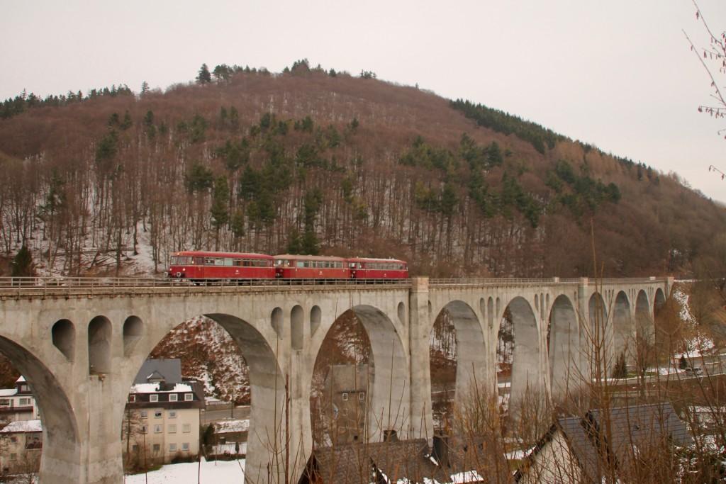 996 677, 996 310 und 798 829 der OEF überqueren das Viadukt in Willingen, aufgenommen am 28.02.2016.