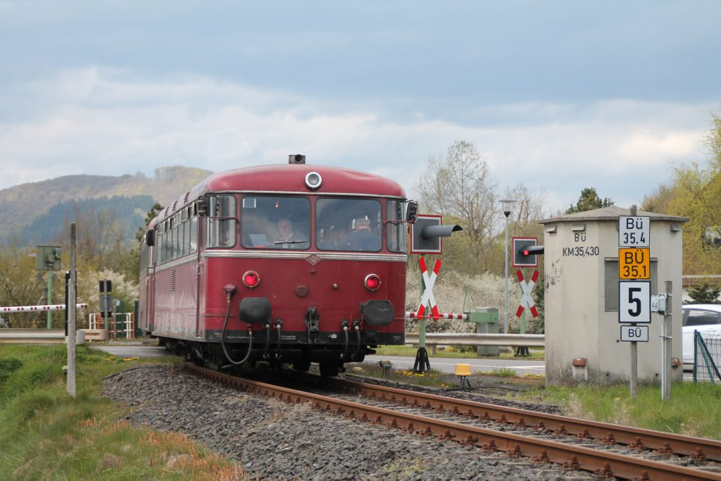 796 802, 996 309, 996 299 und 796 690 am Bahnübergang in Allendorf (Eder) auf der Strecke Frankenberg - Battenberg, aufgenommen am 30.04.2016.