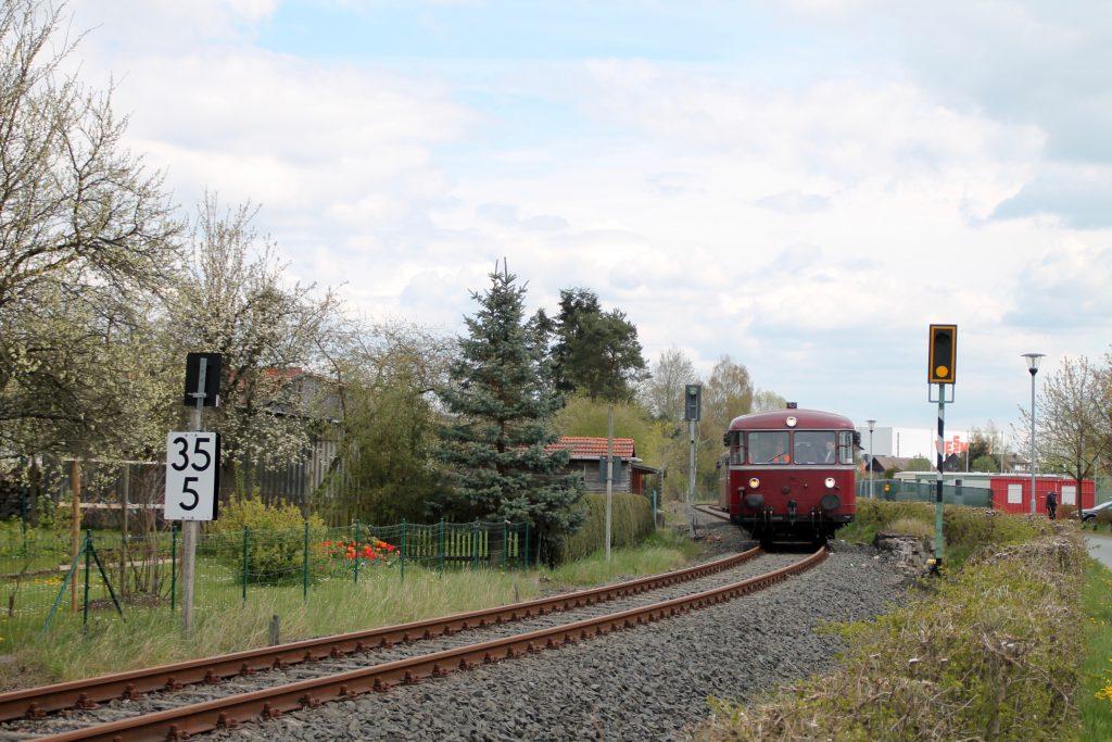 796 802, 996 309, 996 299 und 796 690 In der S-Kurve in Allendorf (Eder) auf der Strecke Frankenberg - Battenberg, aufgenommen am 30.04.2016.