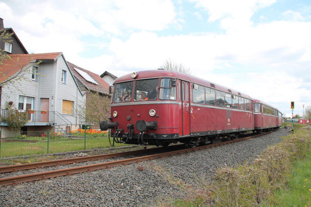 796 802, 996 309, 996 299 und 796 690 in Allendorf (Eder) auf der Strecke Frankenberg - Battenberg, aufgenommen am 30.04.2016.
