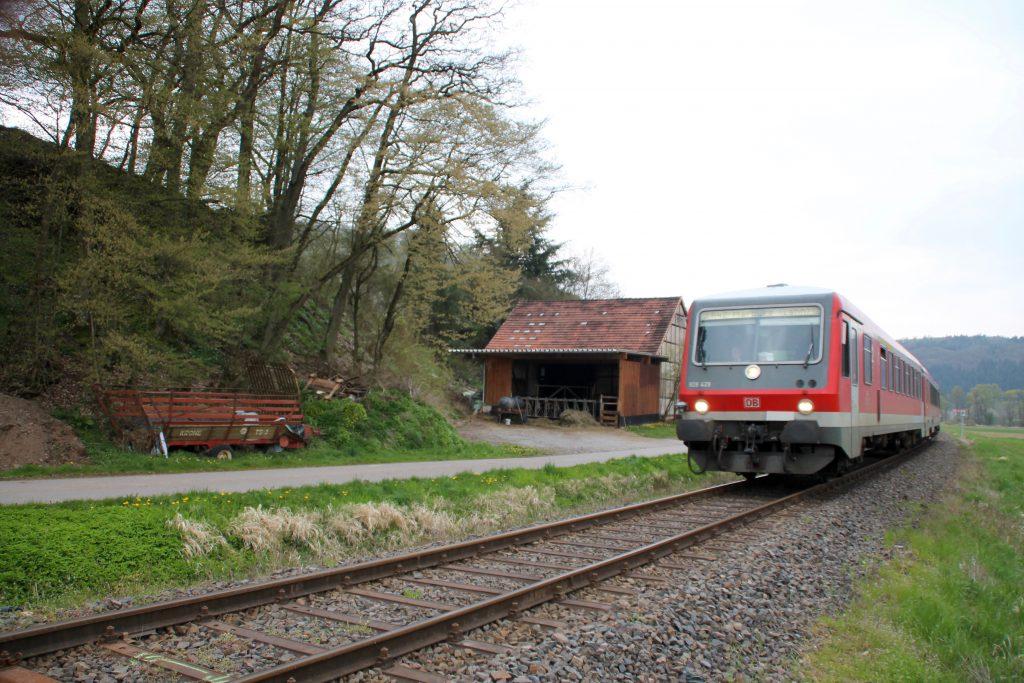 628 429 an einem Stall bei Ederbringhausen auf der Burgwaldbahn, aufgenommen am 30.04.2016.