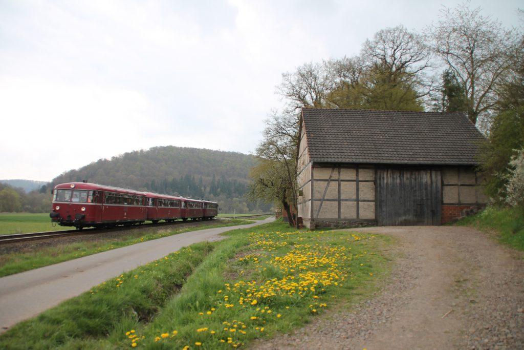796 802, 996 309, 996 299 und 796 690 an einem Stall bei Ederbringhausen auf der Burgwaldbahn, aufgenommen am 30.04.2016.