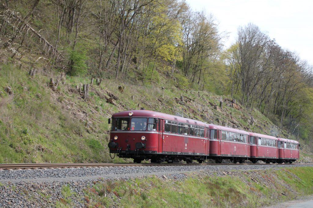 796 802, 996 309, 996 299 und 796 690 bei Herzhausen auf der Burgwaldbahn, aufgenommen am 30.04.2016.