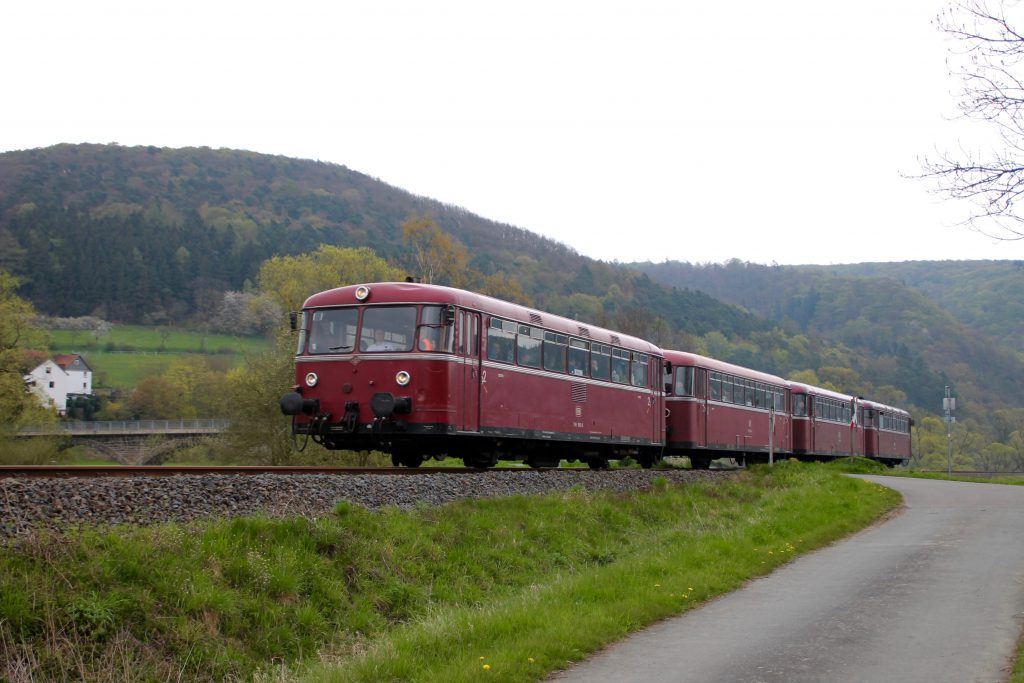 796 802, 996 309, 996 299 und 796 690 an einer Brücke bei Schmittlotheim auf der Burgwaldbahn, aufgenommen am 30.04.2016.