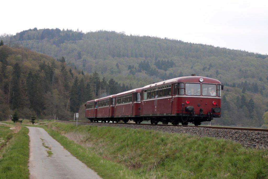 796 802, 996 309, 996 299 und 796 690 kurz hinter Schmittlotheim auf der Burgwaldbahn, aufgenommen am 30.04.2016.