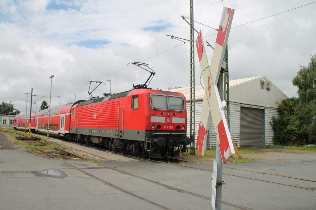 Im Bw Darmstadt steht 143 166 mit ihren Doppelstockwagen über das Wochenende abgestellt, aufgenommen am 25.06.2016.