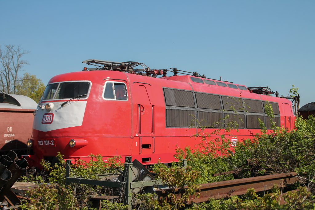 103 101 steht hinter einem Busch im Eisenbahnmuseum Darmstadt-Kranichstein, aufgenommen am 07.05.2016.
