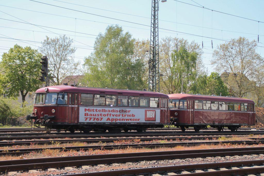 798 818 und 998 880 im Bahnhof Darmstadt-Kranichstein, aufgenommen am 07.05.2016.