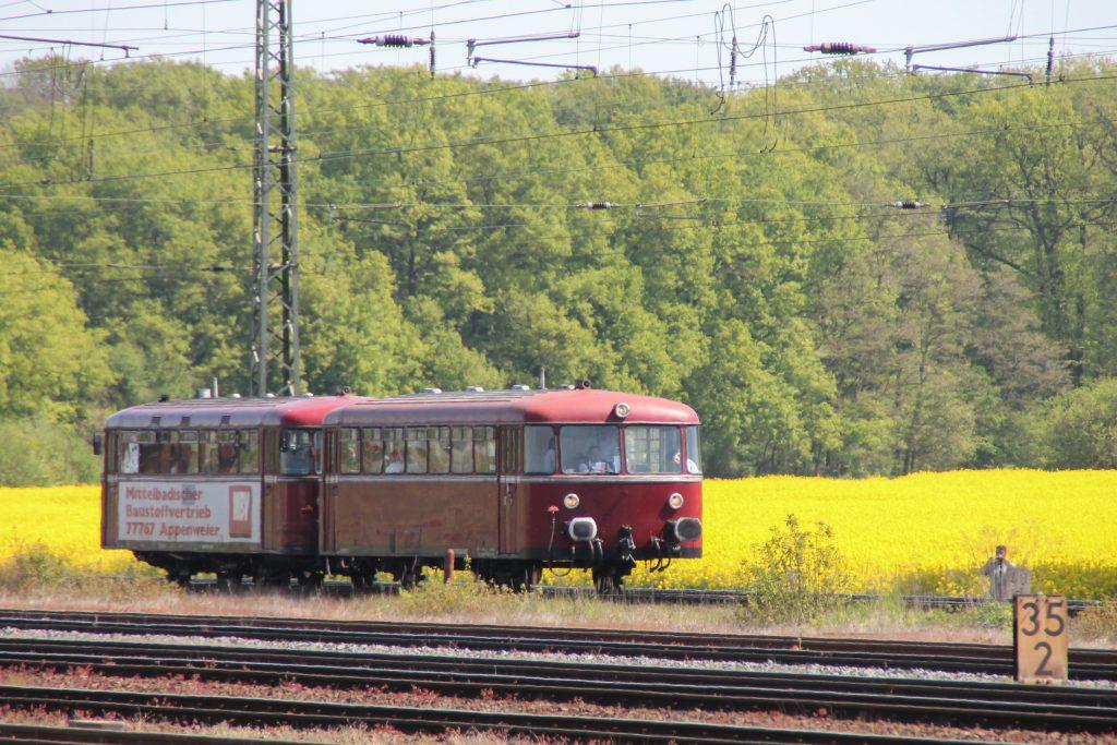 798 818 und 998 880 an einem Rapsfeld bei Darmstadt-Kranichstein, aufgenommen am 07.05.2016.