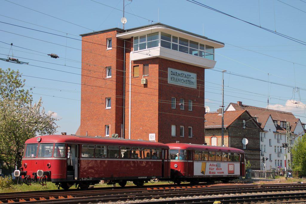798 818 und 998 880 am Stellwerk in Darmstadt-Kranichstein, aufgenommen am 07.05.2016.