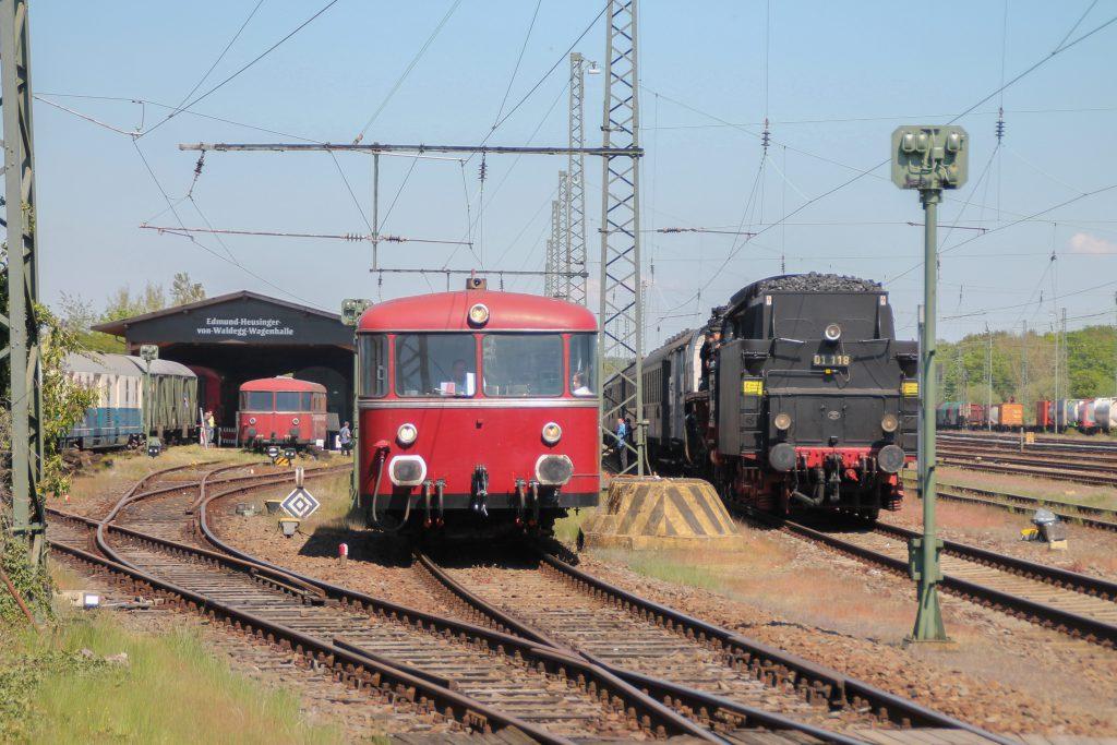 998 880 und 01 118 stehen im Eisenbahnmuseum Darmstadt-Kranichstein, aufgenommen am 07.05.2016.