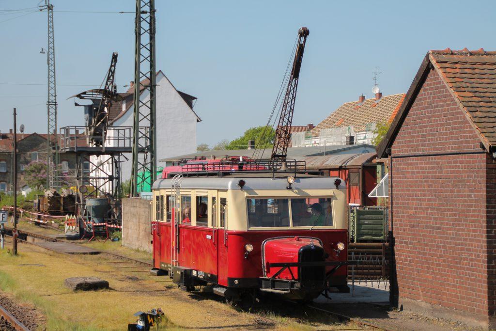 Ein Wissmarer Schienenbus am Kohlekran im Eisenbahnmuseum Darmstadt-Kranichstein, aufgenommen am 07.05.2016.