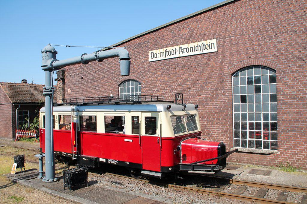 Ein Wissmarer Schienenbus am Wasserkran im Eisenbahnmuseum Darmstadt-Kranichstein, aufgenommen am 07.05.2016.