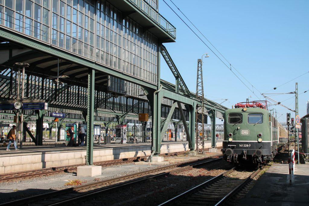 141 228 fährt in den Bahnhof Darmstadt ein, aufgenommen am 07.05.2016.