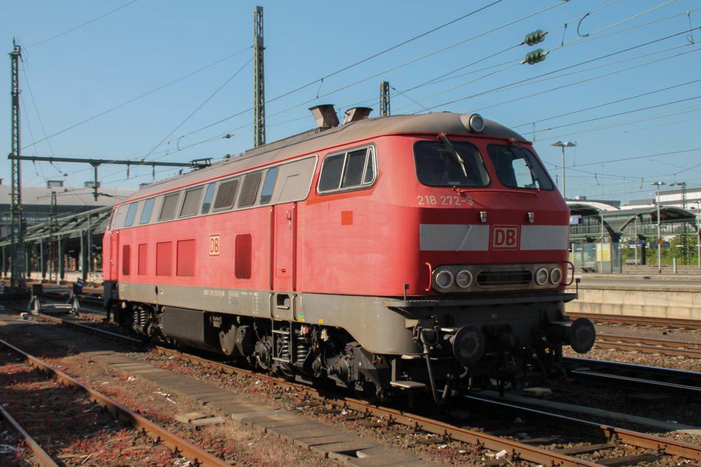 218 272 steht im Bahnhof Darmstadt, aufgenommen am 07.05.2016.