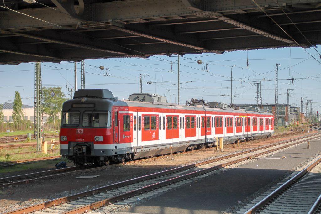 420 416 steht im Bahnhof Darmstadt, aufgenommen am 07.05.2016.