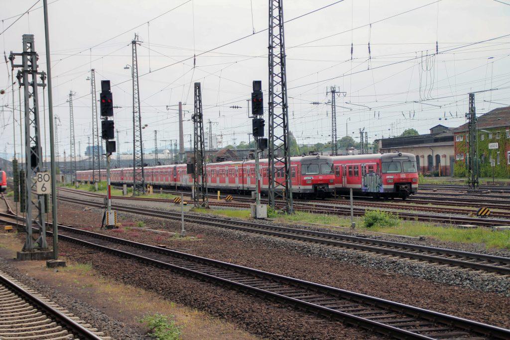 Einige S-Bahnen der Baureihe 420 stehen in Darmstadt abgestellt und warten auf eine Zukunft, aufgenommen am 14.05.2015.