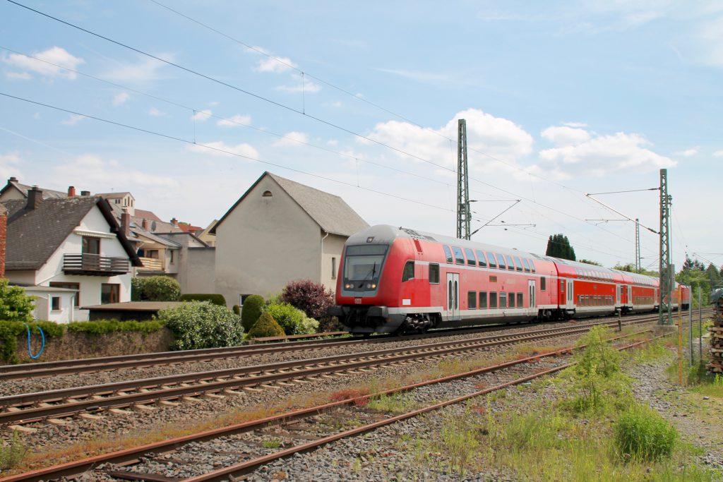 114 038 schiebt ihren Zug aus Doppelstockwagen durch Asslar auf der Dillstrecke, aufgenommen am 22.05.2016.