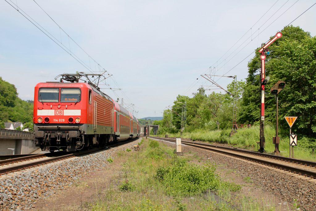 114 029 verlässt den Bahnhof Dillenburg und bremst auf den Haltepunkt Niederscheld Nord ein, aufgenommen am 22.05.2016.