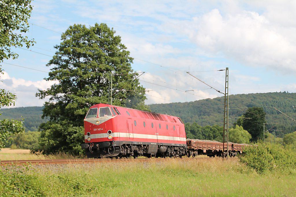 229 147 mit ihrem Güterzug bei Dillheim auf der Dillstrecke, aufgenommen am 28.06.2016.
