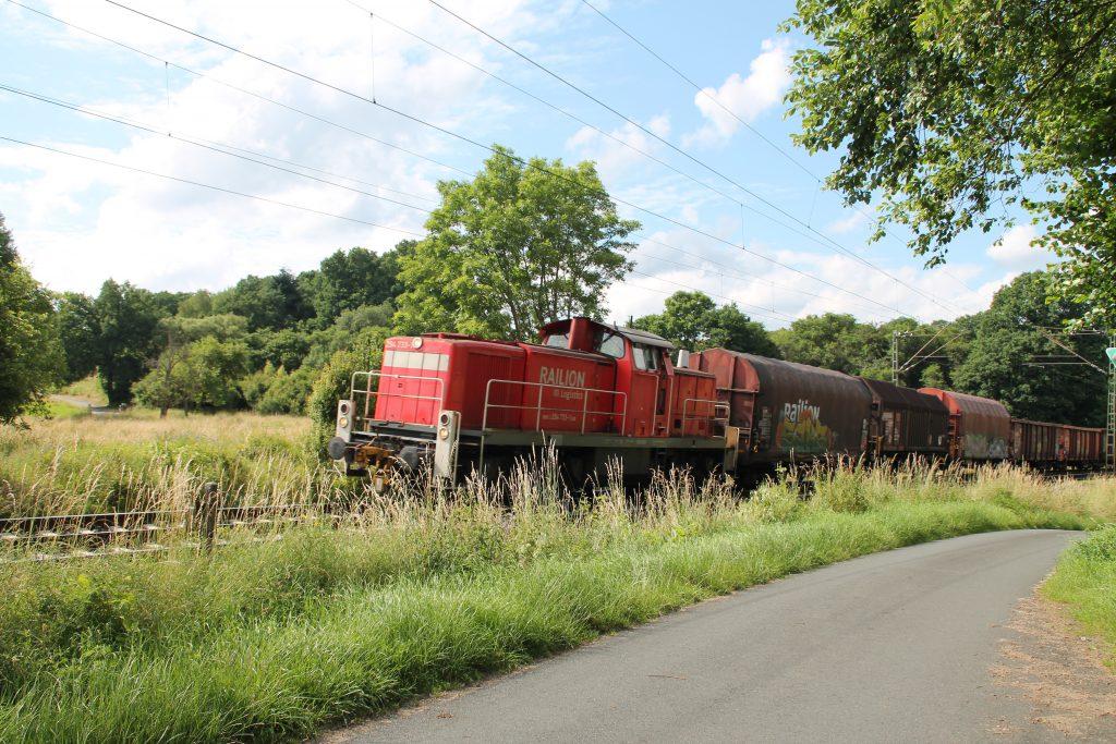 294 733 mit ihrem Güterzug bei Dillheim auf der Dillstrecke, aufgenommen am 28.06.2016.