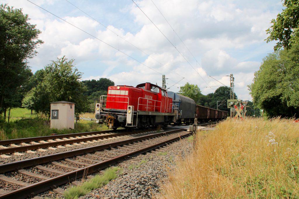 294 733 überquert mit ihrem Güterzug den Bahnübergang bei Dillheim auf der Dillstrecke, aufgenommen am 06.07.2016.