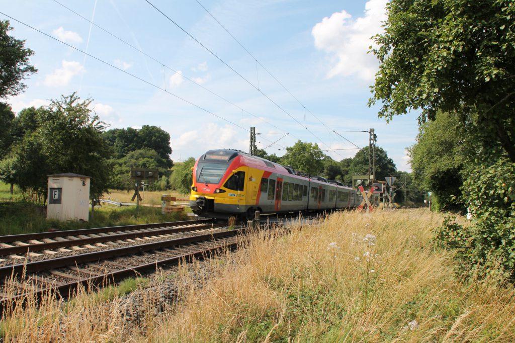 Ein FLIRT der HLB überquert den Bahnübergang bei Dillheim auf der Dillstrecke, aufgenommen am 06.07.2016.