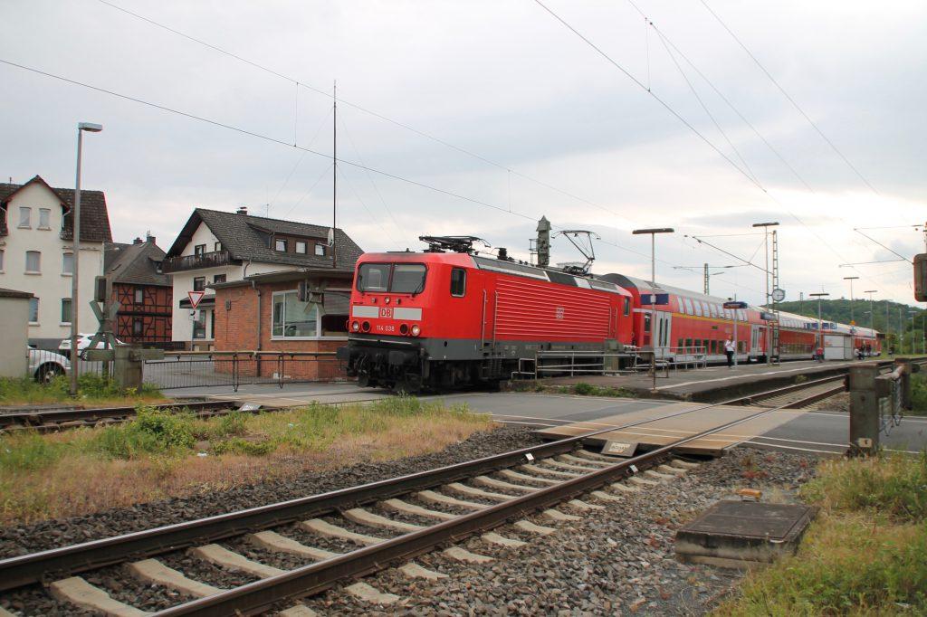 114 038 durchquert mit ihrem Zug den Bahnhof Dutenhofen auf der Dillstrecke, aufgenommen am 22.05.2016.