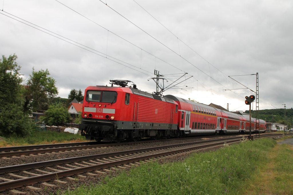 114 038 verlässt mit ihrem Zug den Bahnhof Dutenhofen auf der Dillstrecke, aufgenommen am 23.05.2016.