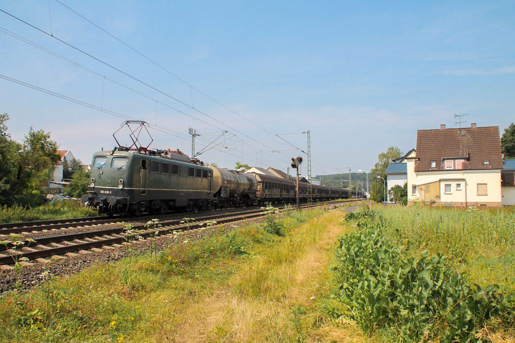 140 438 durchquert mit ihrem Güterzug den Bahnhof Dutenhofen auf der Dillstrecke, aufgenommen am 22.07.2016.