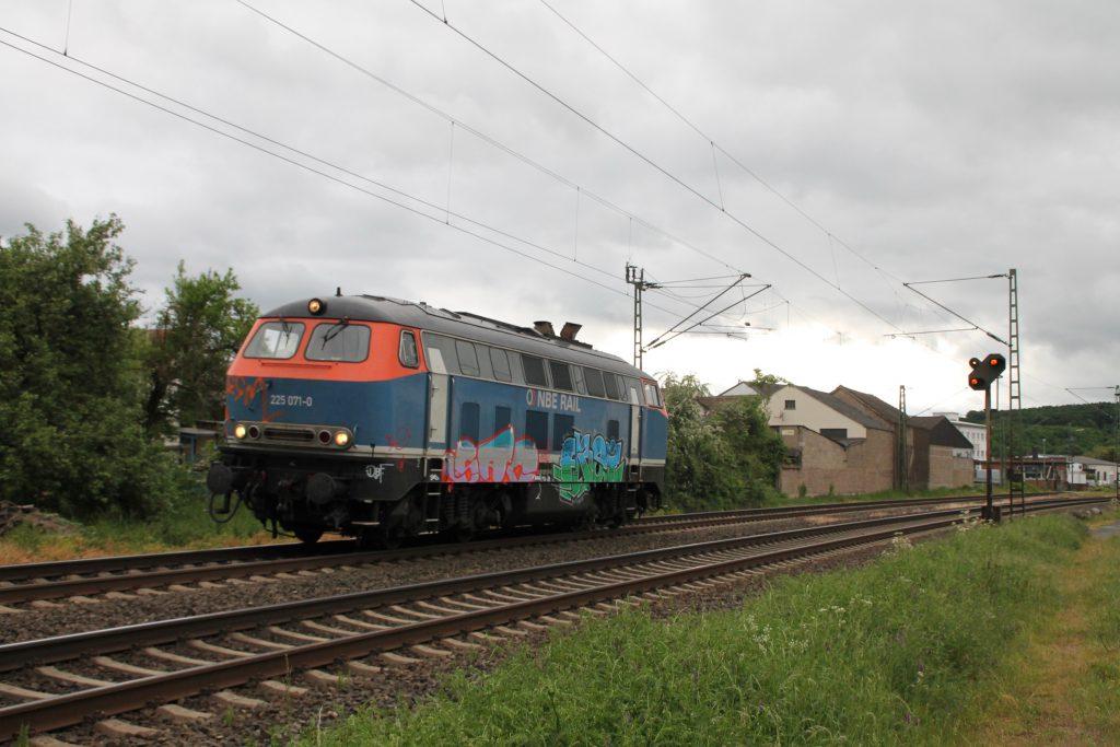 225 071 der NBE durchquert den Bahnhof Dutenhofen auf der Dillstrecke, aufgenommen am 23.05.2016.