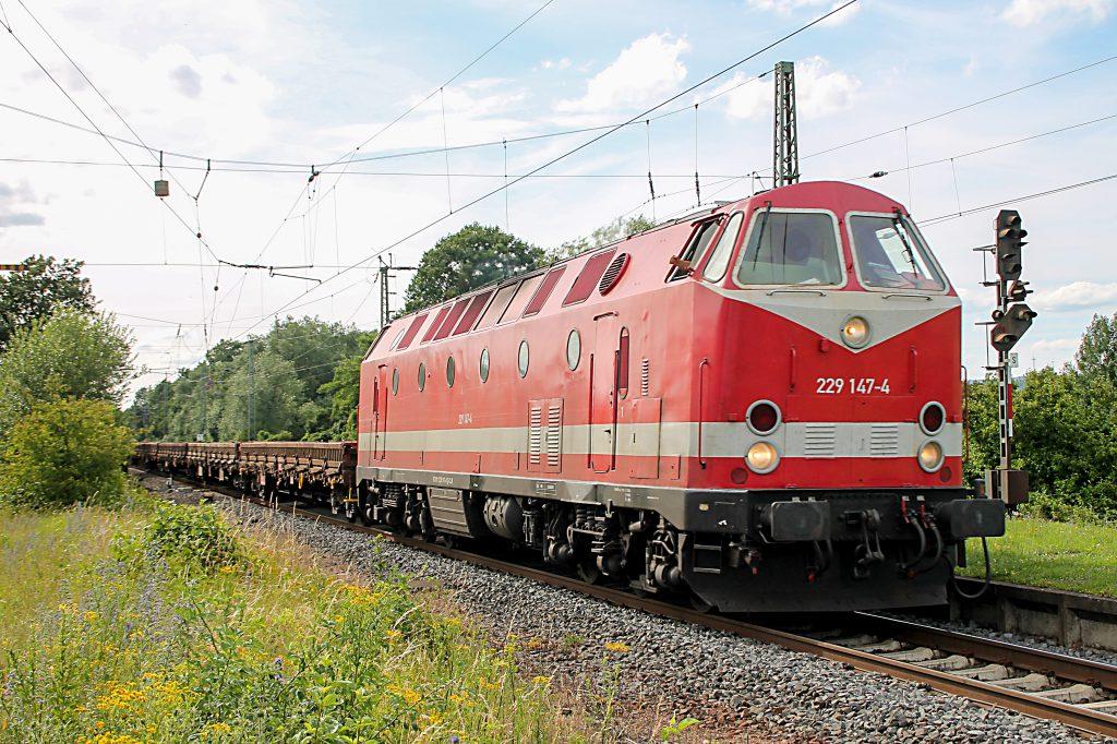 229 147 durchquert den Bahnhof Dutenhofen auf der Dillstrecke, aufgenommen am 29.06.2016.
