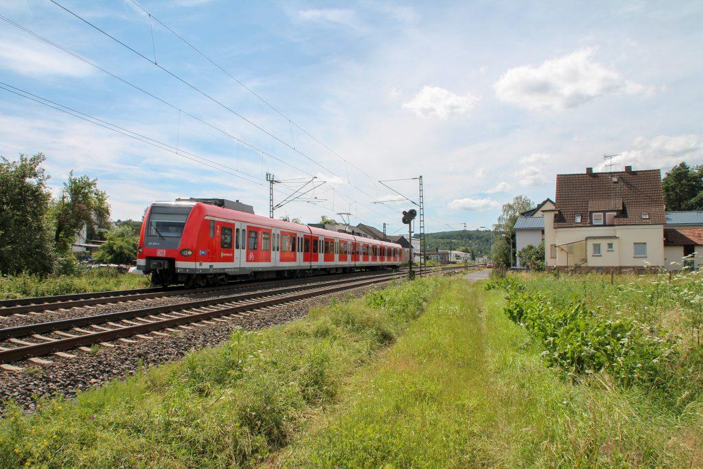 Ein 423 der S-Bahn München durcheilt den Bahnhof Dutenhofen auf der Dillstrecke, aufgenommen am 29.06.2016.