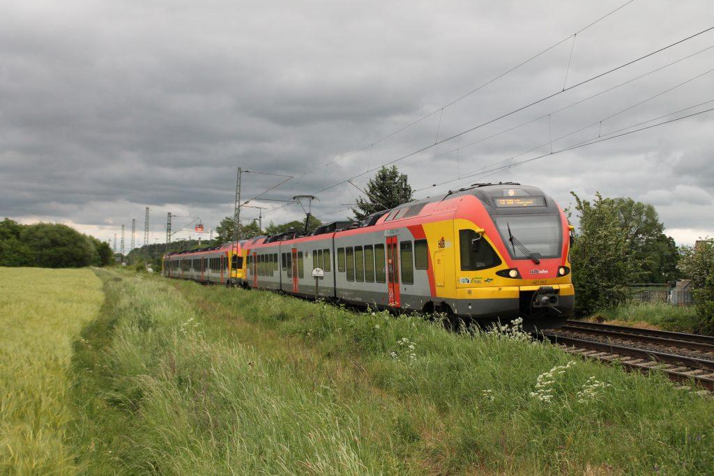 Zwei Flirt der HLB durchqueren den Bahnhof Dutenhofen auf der Dillstrecke, aufgenommen am 23.05.2016.