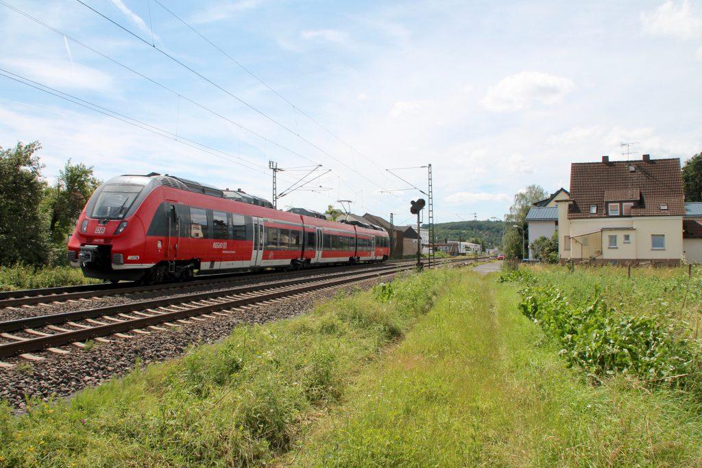 442 110 verlässt den Bahnhof Dutenhofen auf der Dillstrecke, aufgenommen am 29.06.2016.
