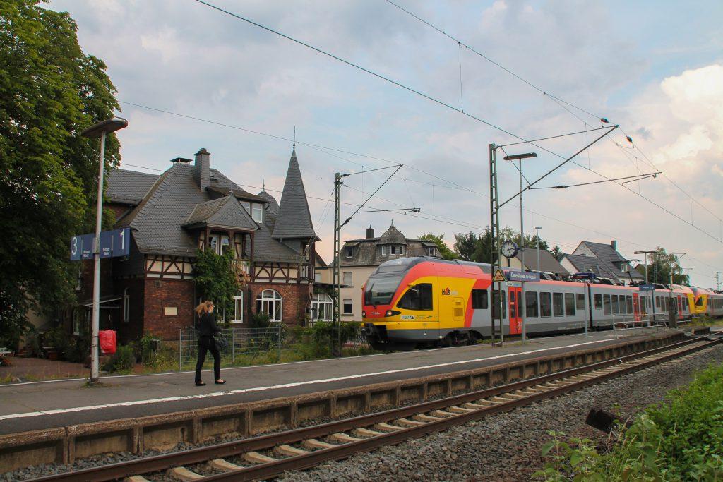 Zwei FLIRT der HLB durcheilen den Bahnhof Dutenhofen auf der Dillstrecke, aufgenommen am 22.07.2016.