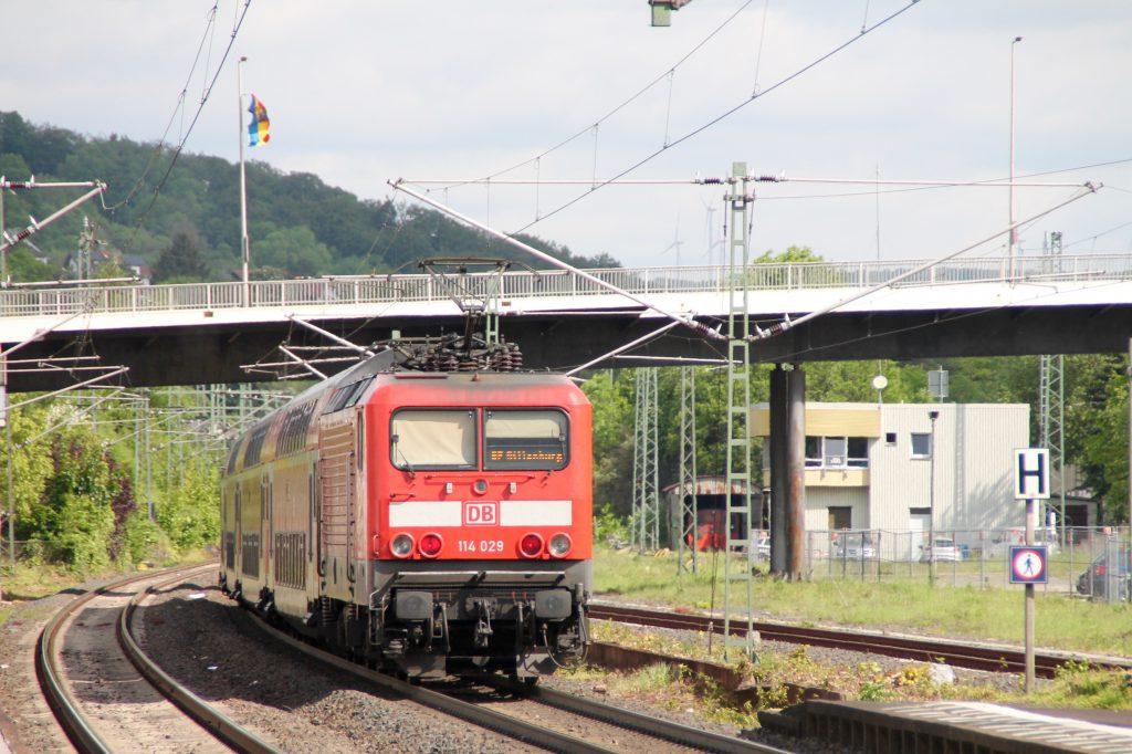 114 029 schiebt ihren Zug aus Doppelstockwagen in aus dem Bahnhof Herborn, aufgenommen am 20.05.2016.