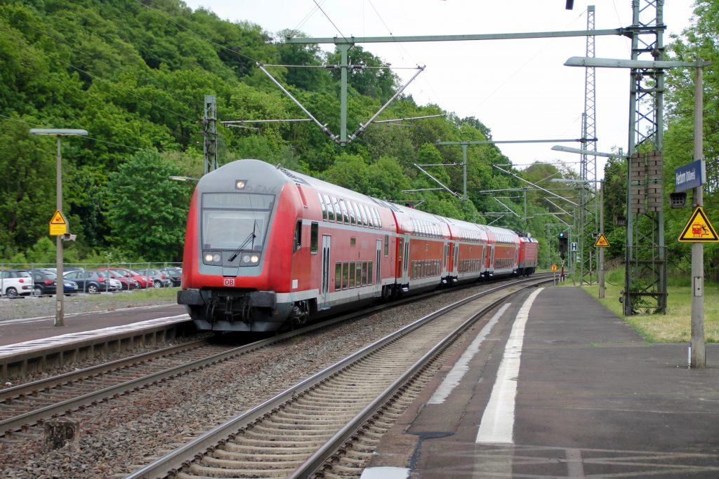 114 038 schiebt ihren Zug aus Doppelstockwagen in den Bahnhof Herborn, aufgenommen am 20.05.2016.