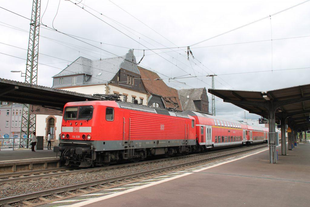 114 038 im Bahnhof Herborn auf der Dillstrecke, aufgenommen am 23.05.2016.