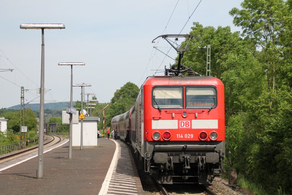 114 029 am Bahnstein in Niederscheld auf der Dillstrecke, aufgenommen am 22.05.2016.