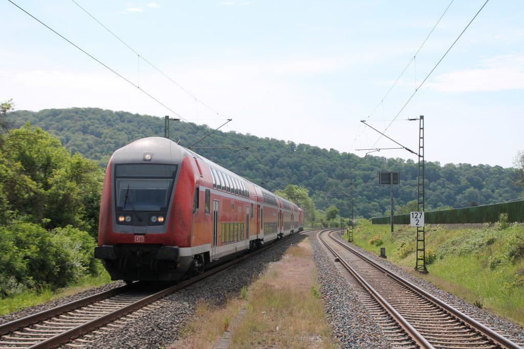 114 029 erreicht mit ihrem Zug Niederscheld auf der Dillstrecke, aufgenommen am 22.05.2016.