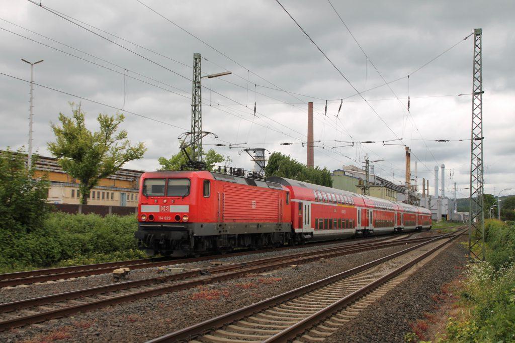 114 029 durchquert mit ihrem Zug Wetzlar auf der Dillstrecke, aufgenommen am 23.05.2016.