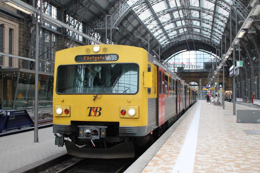 Zwei VT2E der HLB warten im Frankfurt Hbf auf ihre Abfahrt, aufgenommen am 22.06.2016.