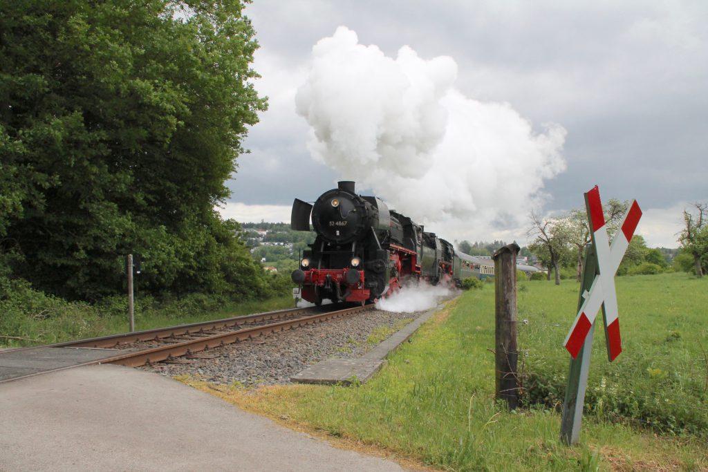 52 4867 und 01 118 zwischen Schneidhain und Königstein auf der Frankfurt-Königsteiner-Eisenbahn, aufgenommen am 15.05.2016.