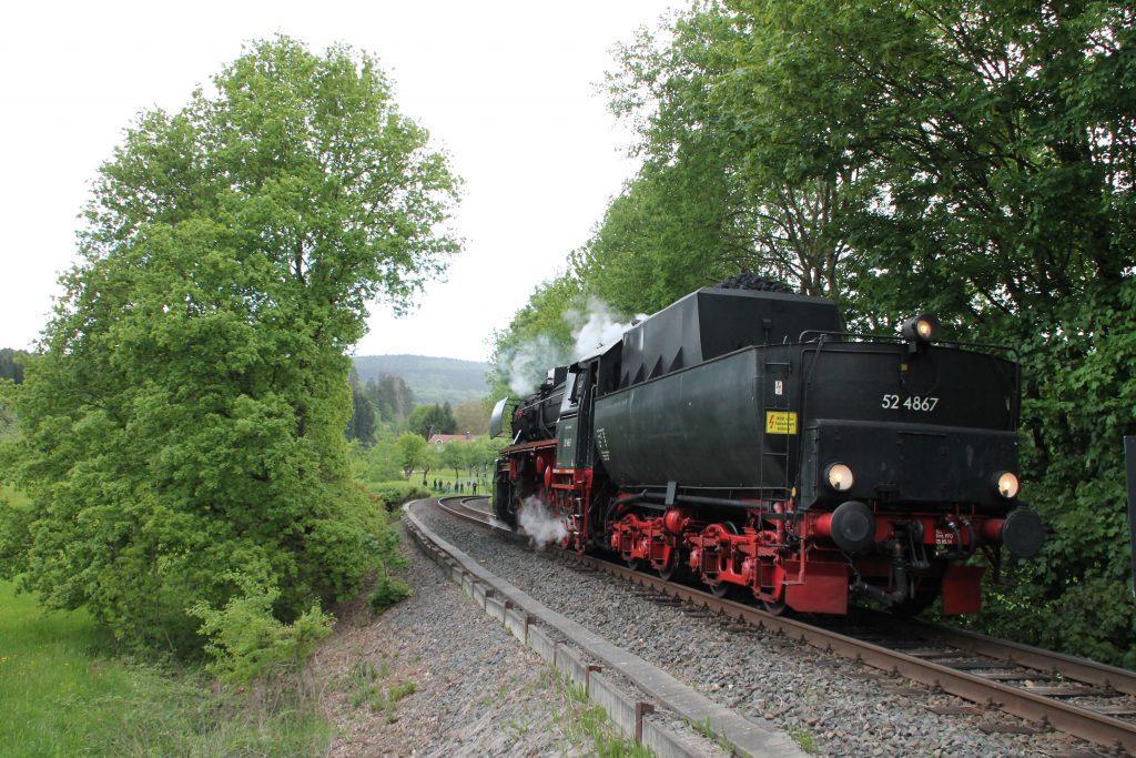 52 4867 zwischen Königstein und Schneidhain auf der Frankfurt-Königsteiner-Eisenbahn, aufgenommen am 15.05.2016.
