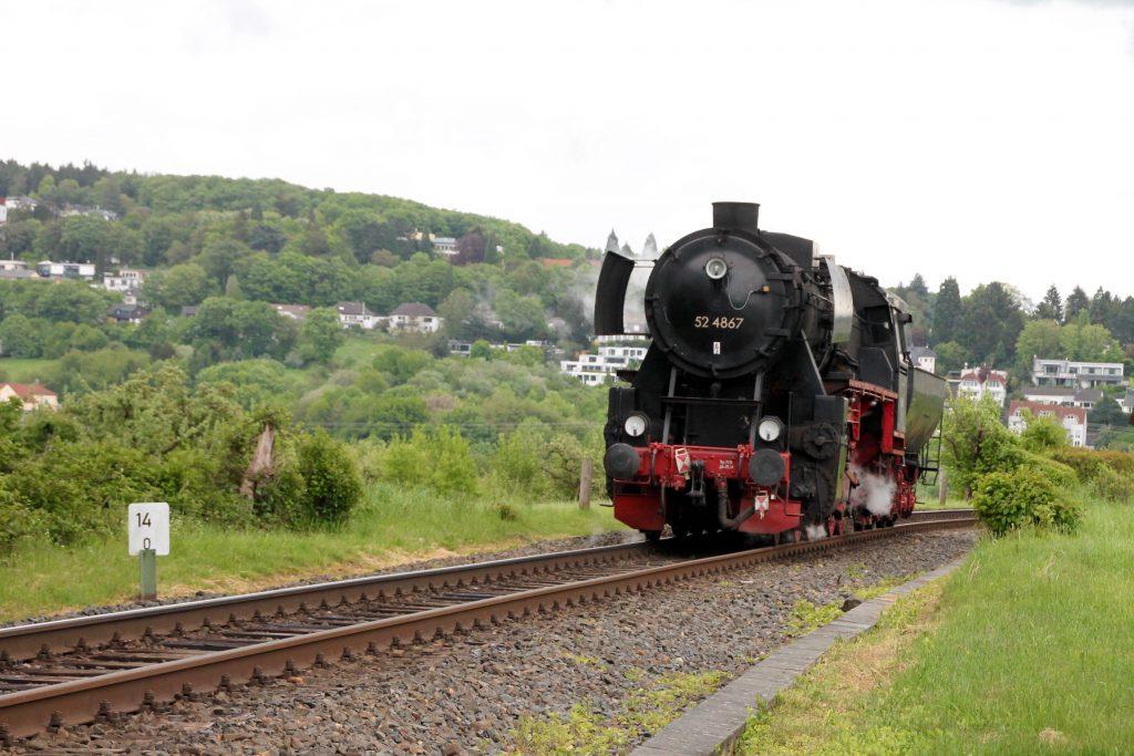 52 4867 kurz vor Schneidhain auf der Frankfurt-Königsteiner-Eisenbahn, aufgenommen am 15.05.2016.